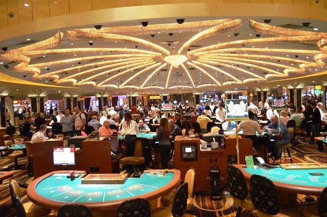14 ဒါကေတာ႕ Caesars Palace Hotel ရဲ႕ Casino ကစားကြင္းေပါ႕ဗ်ာ ။