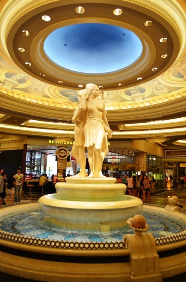 14 ဒါေတြကေတာ႕ Caesars Palace Hotel ထဲက ျမင္ကြင္းေတြ ေပါ႕ဗ်ာ ။