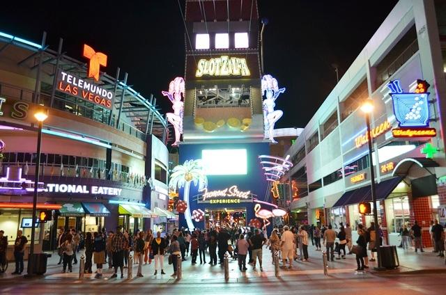 15 ဒါကေတာ႕ Las Vegas ရဲ႕ Fremont Street Experience အဝင္ဝ ပါ ။