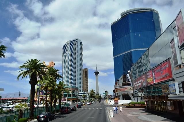15 အဘတို႕ တည္းတဲ႕ Stratosphere Tower Hotel ကို အေဝးက ျမင္ရပံု ။
