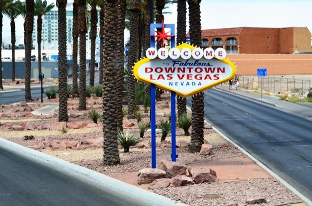 15 Las Vegas Down Town ရဲ႕ အထိမ္းအမွတ္ Welcome ဆိုင္းဘုတ္ေလး ။