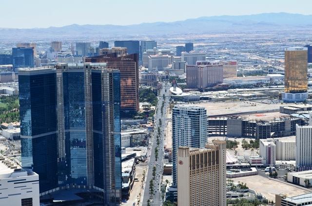 16 ဒါကေတာ႕ ေမ်ွာ္စင္ထိပ္ကေန ျမင္ရတဲ႕ Las Vegas ျမင္ကြင္းက်ယ္ပါ ။