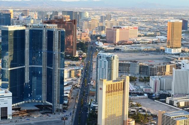 17. ယွဥ္ၾကည္႕လို႕ရေအာင္ Las Vegas ရဲ႕ ေနဝင္ကာစ ျမင္ကြင္း ။