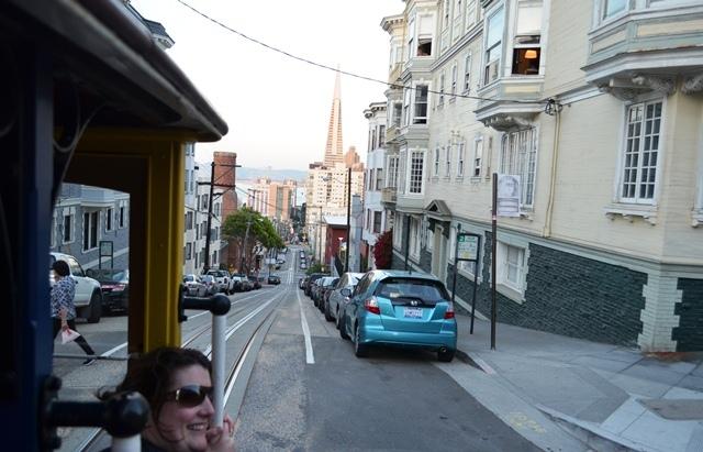 18. Tram ေပၚကျမင္ရတဲ႕ ေတာင္ကုန္း အနိမ္႕အျမင္႕ေတြႏွင္႕ San Francisco ၿမိဳ႕ ျမင္ကြင္း ။