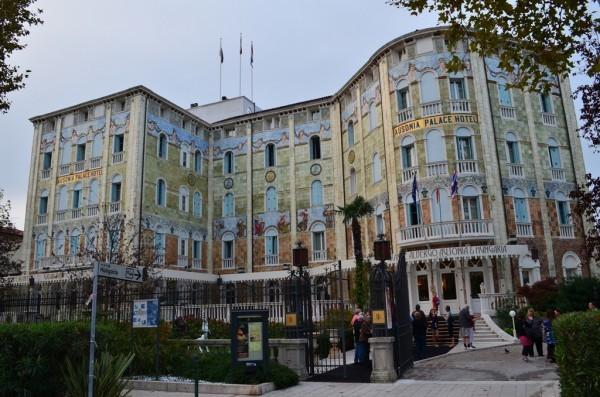 စဥ္႕ျပား ပန္းခ်ီ ေတြႏွင္႕ အျပည္႕ တန္ဆာဆင္ထား တဲ႕Grande Albergo Ausonia & Hungaria Hotel ။
