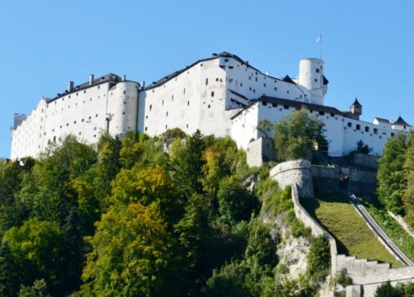 ရင္ျပင္ေတြကေန Hohensalzburg Castle ရဲတိုက္ကို လွမ္းျမင္ေနရပါတယ္ ။