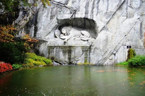 သစၥာ႐ွိလွတဲ႕ ဆြစ္ဇာလန္ ေၾကးစား စစ္သားေတြကို ဂုဏ္ျပဳထားတဲ႕ Lion Monument ။