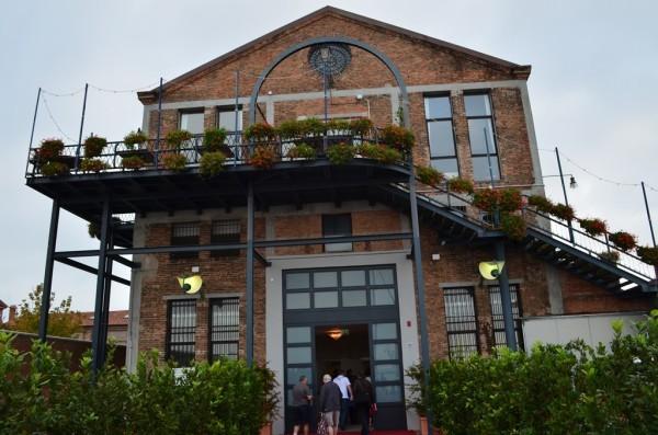 အထူး ေက်ာ္ၾကားလွတဲ႕ Murano glass-blowing factory ။