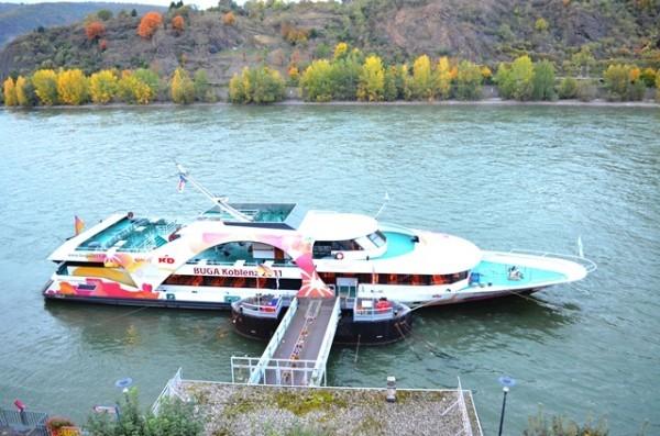 အဘတို႕ရဲ႕ အခန္းေ႐ွ႕ဖက္ ေအာက္ဖက္နားမွာ ကပ္ထားတဲ႕ အေပ်ာ္စီး Boat ။