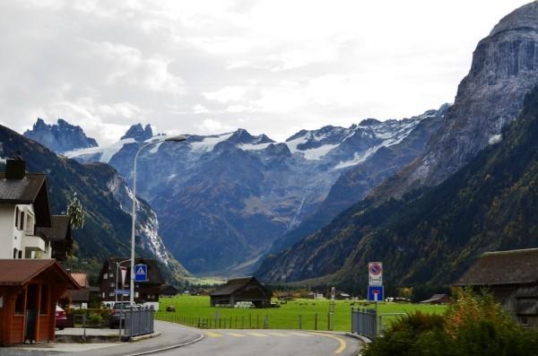 ေဘးနားက Alps ေတာင္တန္းႀကီးေတြထိပ္ မွာေတာ႕ Snow Capped ႏွင္းျဖဴေတြ ဖံုးလႊမ္းထားပါတယ္ ။