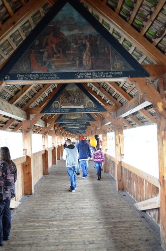 ေ႐ွးေဟာင္း The Chapel Bridge ( Kapellbrücke ) တံတား အထဲက ေ႐ွးေဟာင္း ပန္းခ်ီ လက္ရာေတြ ။