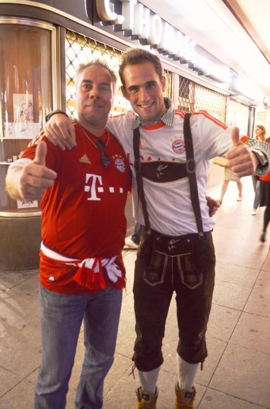ျမဴးနစ္ၿမိဳ႕က Bayern Munich ေဘာလံုးအသင္း ႏိုင္တဲ႕အတြက္ ေအာင္ပြဲခံ အေပ်ာ္က်ဴးေနၾကတာ ။