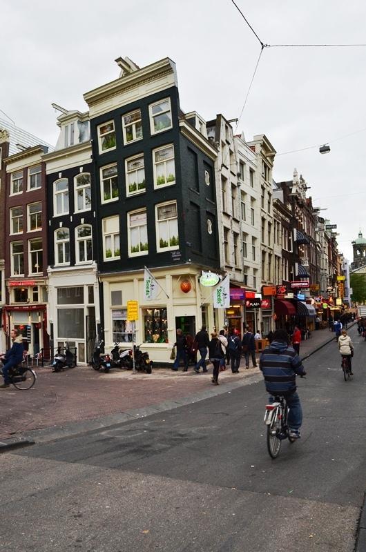 Amsterdam ၿမိဳ႕ဟာ ေျမေပ်ာ႕တဲ႕အတြက္ အိမ္ေတြဟာ တစ္ဖက္ဖက္ကို ေစာင္းေနပါတယ္ ။