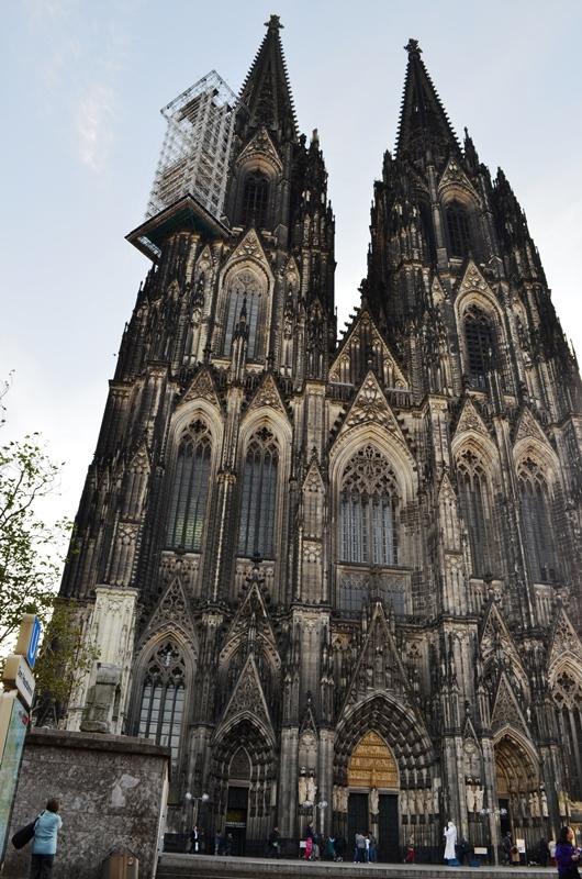 Cologne Cathedral ႀကီးက ထုထည္ ေတာ္ေတာ္ႀကီးၿပီး ၊ ျမင္႕မားလွပါေပတယ္ - 2