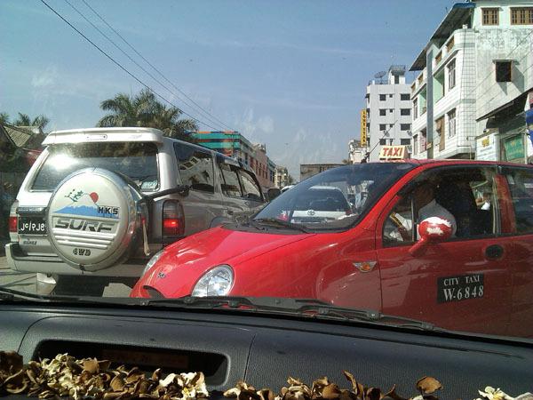 လမ္းသြယ္ကထြက္လာတဲ့ Taxi အနီေသးေသးေလးခမ်ာ Surf ရဲ့ ေနာက္ကေန လူးလြန့္ျပီးထြက္ရရွာပါတယ္။