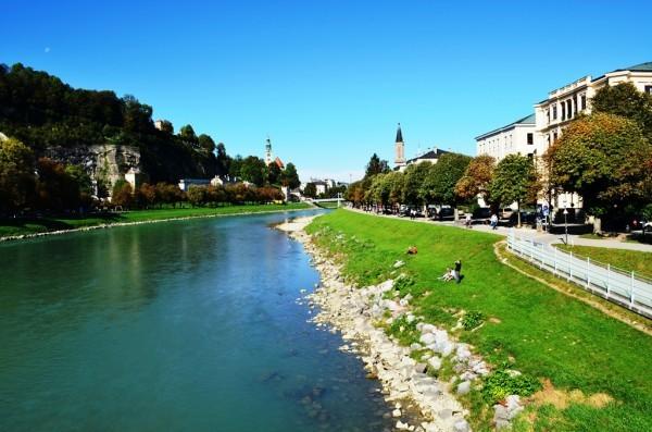 Salzburg ၿမိဳ႕လယ္ကို ျဖတ္စီးေနတဲ႕ ေခ်ာင္းေလးကို လူကူးတံတားေလးကေန ျဖတ္ေက်ာ္ၿပီး